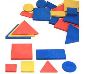 Blocs logiques : 48 formes géométriques bois recyclé. 4 formes et 4 attributs.