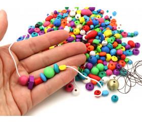 Lot petites perles en bois multicolores