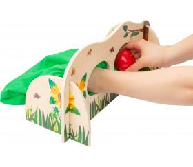 Mur tactile avec fruits - jeu toucher à l'aveugle chenille qui fait des trous