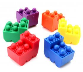 Train coloré avec 6 pions encastrables comprenant des mini casiers.