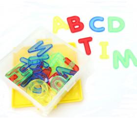 Alphabet en plastique transparent coloré