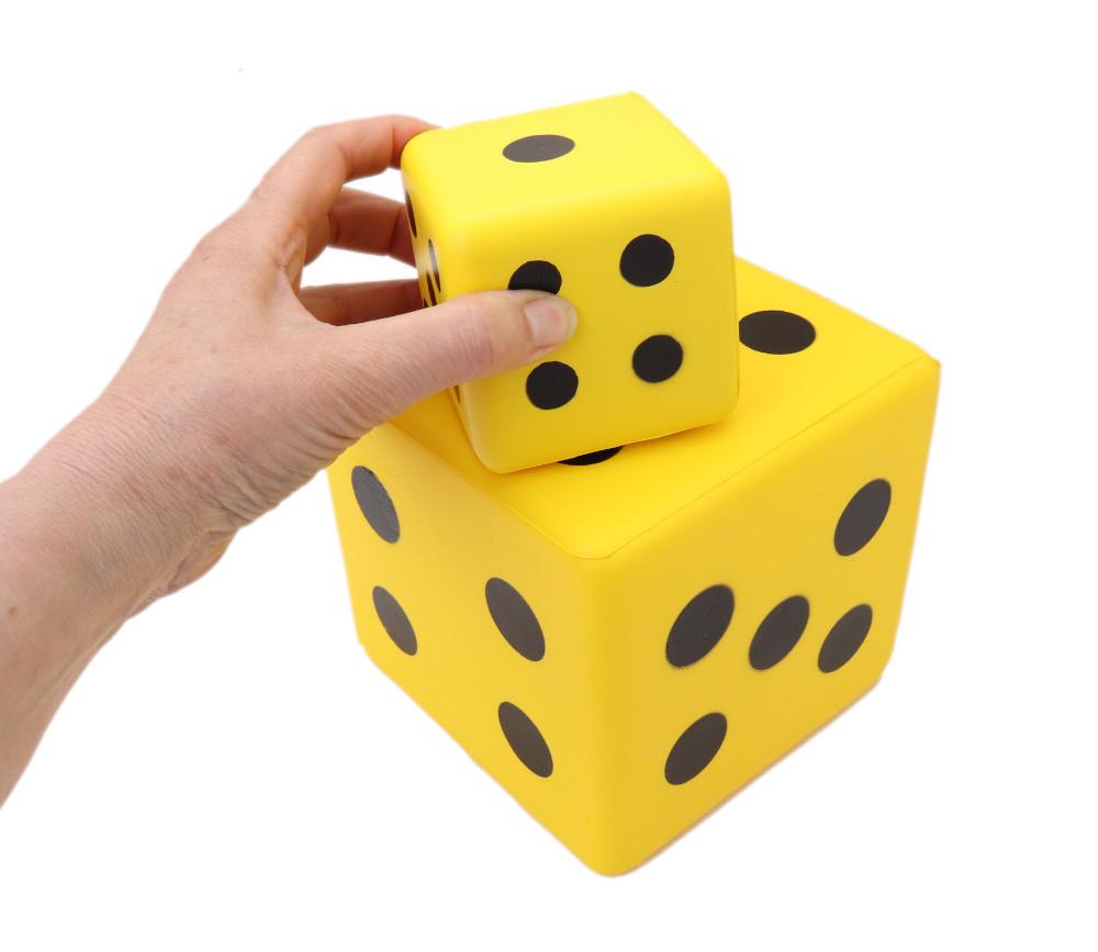Lot de 2 dés de 2 tailles différentes en mousse jaune avec des points noirs de 1 à 6