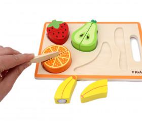 Morceaux de fruits sur une planche à découper et le couteau en bois