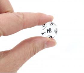 Dé à jouer translucide transparent chiffres noirs de 1 à 12
