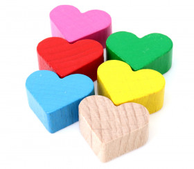 Petit Coeur en bois coloré. Vente pion de 2 x 1.7 cm