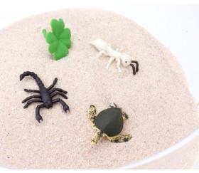 Mini tortue caouchouc souple et autres insectes dans le sable.