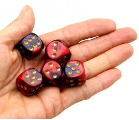 Dé 16 mm effet mixé rouge violet points dorés